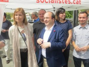 Lluïsa Moret i Miquel Iceta acompanyats de regidors i militants socialistes a una carpa del partit // Andreu Ferrer
