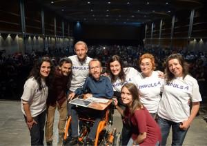 Los autores del proyecto fotografiándose con Pablo Echenique // Podemos Sant Boi