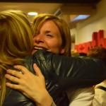 L'alcaldessa celebra els resultats abraçant-se amb una companya del partit // Maria Rubio