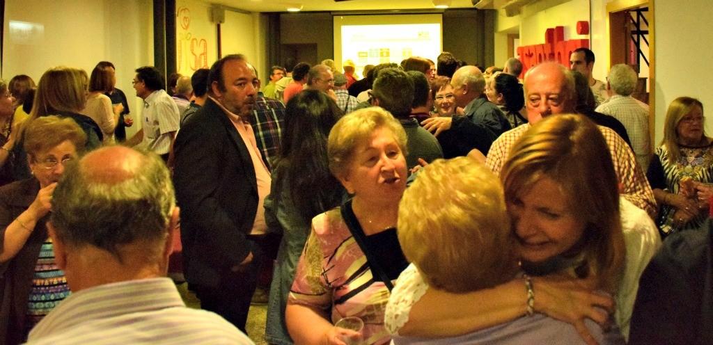 La seu del PSC es va omplir de militants i simpatitzants la nit electoral // Maria Rubio