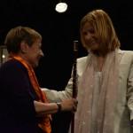 Olga Puertas, la regidora de més edat, ha entregat la vara d'alcaldessa a Lluïsa Moret // Maria Rubio