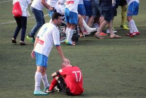 Valls, de l'EC Granollers, anima Cortezón, del FC Santboià, al final del partit // Marta Pedrola
