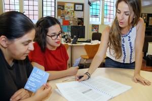 Joves informant-se sobre Programa // Ajuntament de Sant Boi