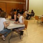 Persones que busquen feina i personal de recursos humans van mantenir entrevistes de 3 minuts a Can Massallera // Ajuntament de Sant Boi