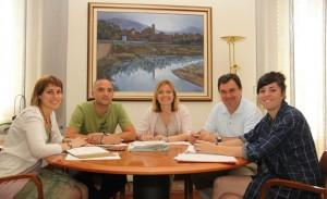 D'esquerra a dreta: Alba Martínez i Josep Puidengolas per part d'ICV i Lluïsa Moret, José Ángel Carcelén i Laura Solís per part del PSC signant el pacte de govern // Ajuntament de Sant Boi