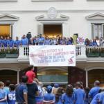 Jugadors i jugadores del CBS Sant Boi al balcó de l'Ajuntament // Ajuntament de Sant Boi