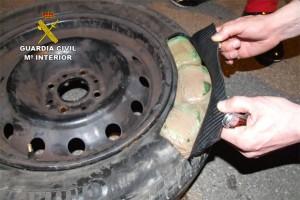 El hachís iba oculto en las ruedas de los vehículos // Guardia Civil