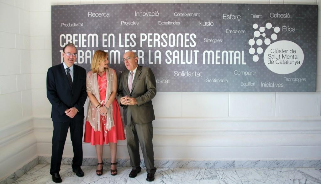 El president del Clúster, Joan Orrit, l'alcaldessa, Lluïsa Moret, i el conseller de Salut, Boi Ruiz, han descobert el mural que dóna la benvinguda a l'edifici // David Guerrero