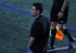 Juan Camilo Vázquez observant els seus jugadors // Jose Polo