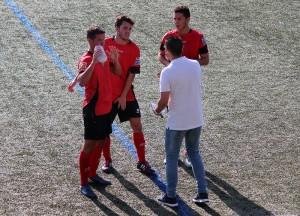 Juan Camilo Vázquez dóna instruccions als jugadors en el partit contra l'Hospi // Jose Polo