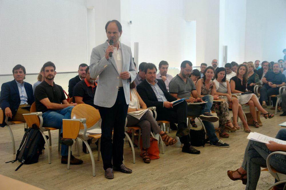 Josep Perpinyà (de peu) i José Ángel Carcelén assegut a la seva dreta a la constitució del Consell // Consell Comarcal del Baix Llobregat