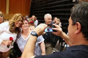 El teniente de alcalde socialista José Ángel Carcelén haciendo una foto a una simpatizante con Susana Díaz // David Guerrero