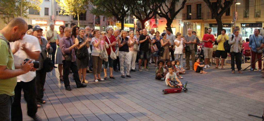 Unes 80 persones s'han concentrat a la plaça de l'Ajuntament // David Guerrero