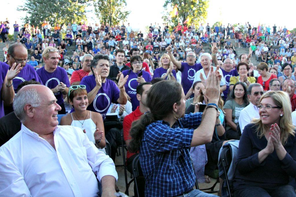 Pablo Iglesias (d'esquenes al centre) és ovacionat pels assistents a l'acte // David Guerrero