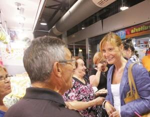 Llüisa Moret conversant amb uns veïns // Ajuntament de Sant Boi