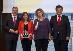 La directora del centre i la coordinadora del projecte recollint el premi // cedida per l'Ajuntament de Sant Boi