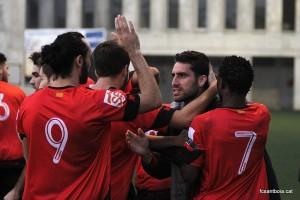 L'equip fa pinya celebrant un dels gols // FC Santboià