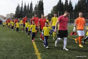 Tots dos equips sortint al terreny de joc amb Rafa Leva al capdavant // FC Santboià