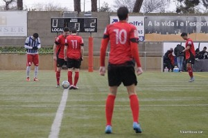 Els jugadors esperen l'inici de la segona meitat sota la pluja // FC Santboià