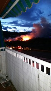 Imatge de l'incendi des del balcó d'un edifici // Protecció Civil