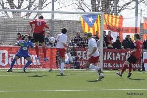 Roberto Camacho, autor de dos gols, rematant de cap // FC Santboià