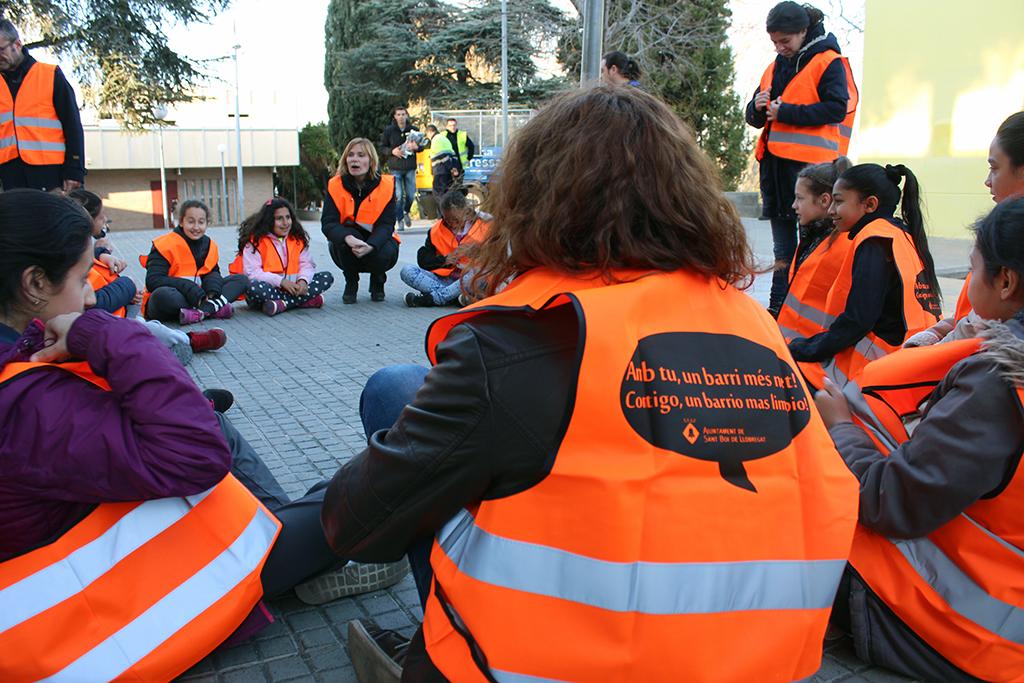 Monitors, nens i alcaldessa abans de començar l'activitat // Jose Polo