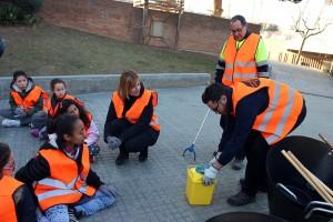 Moret amb els nens de l'Esplai Eixida escoltant les instruccions dels serveis municipals // Jose Polo