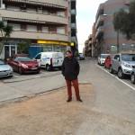 Raúl Martínez en el lloc de la discòrdia, el final del carrer Primer de Maig // Marc Pidelaserra