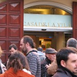 Càrrecs polítics i treballadors municipals davant de l'Ajuntament durant una concentració // Marc Pidelaserra