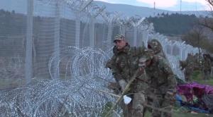 L'exèrcit grec reforça el tancat del camp de refugiats d'Idomeni // Matthew Tsimitakis