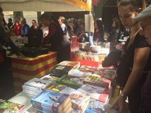 Una de les parades de llibres plenes a vessar // Marc Pidelaserra