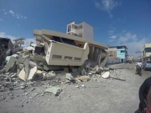 Un edificio derrumbado en Manta, Ecuador // José Manuel Migales