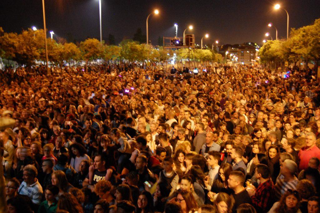 Milers de persones a Baldiri Aleu esperant el concert de Fangoria - Marc Pidelaserra