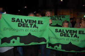 Diversos veïns es van manifestar contra el PDU durant el pregó // Marc Pidelaserra