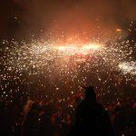 El correfoc va il·luminar els carrers del nucli històric // Marc Pidelaserra