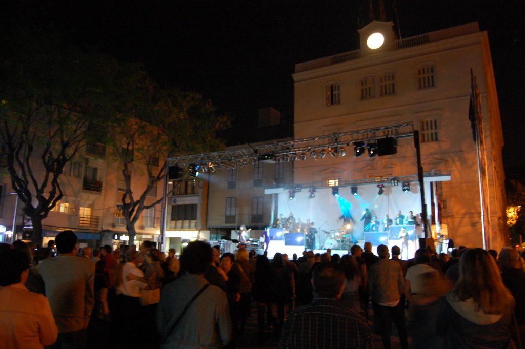 L'orquestra Selvatana va fer bullir la plaça de l'Ajuntament // Marc Pidelaserra