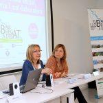 La presidenta del Centre d'Estudis Comarcals del Baix Llobregat, Conxita Sánchez, i l'alcaldessa Lluïsa Moret, durant l'acte // Ajuntmaent de Sant Boi