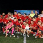 Els campions celebrant la Copa Baix Llobregat // Andrés Ayala