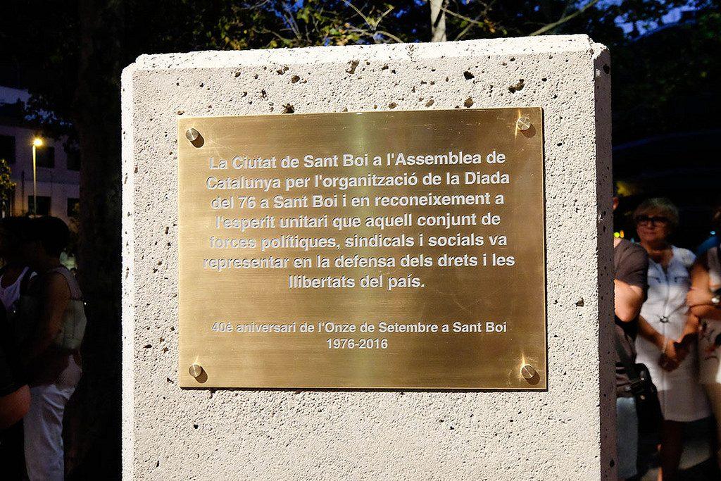 El monòlit descobert a la plaça Catalunya en ocasió de l'aniversari de l'11 de setembre del 1976 // Ajuntament de Sant Boi
