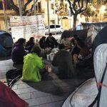 Una vintena de persones han passat la nit a la plaça de l'Ajuntament // Arran Sant Boi