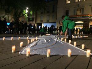 Desenes d'espelmes per recordad les víctimes de la violència masclista // Marc Pidelaserra