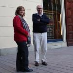 La nova síndica, Dolors Vallejo, i el síndic sortint, Carles Dalmau, davant l'Ajuntament // Marc Pidelaserra