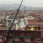 Els operaris s'han emportat l'antena aquest dijous // Jordi Biel