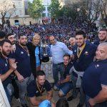 L'equip ha celebrat la victòria des del balcó de l'ajuntament // Ajuntament de Sant Boi