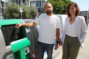 El regidor Josep Puigdengolas i Sílvia Mayo, d'Ecovidrio, davant d'un dels nous models de contenidors // Ajuntament de Sant Boi