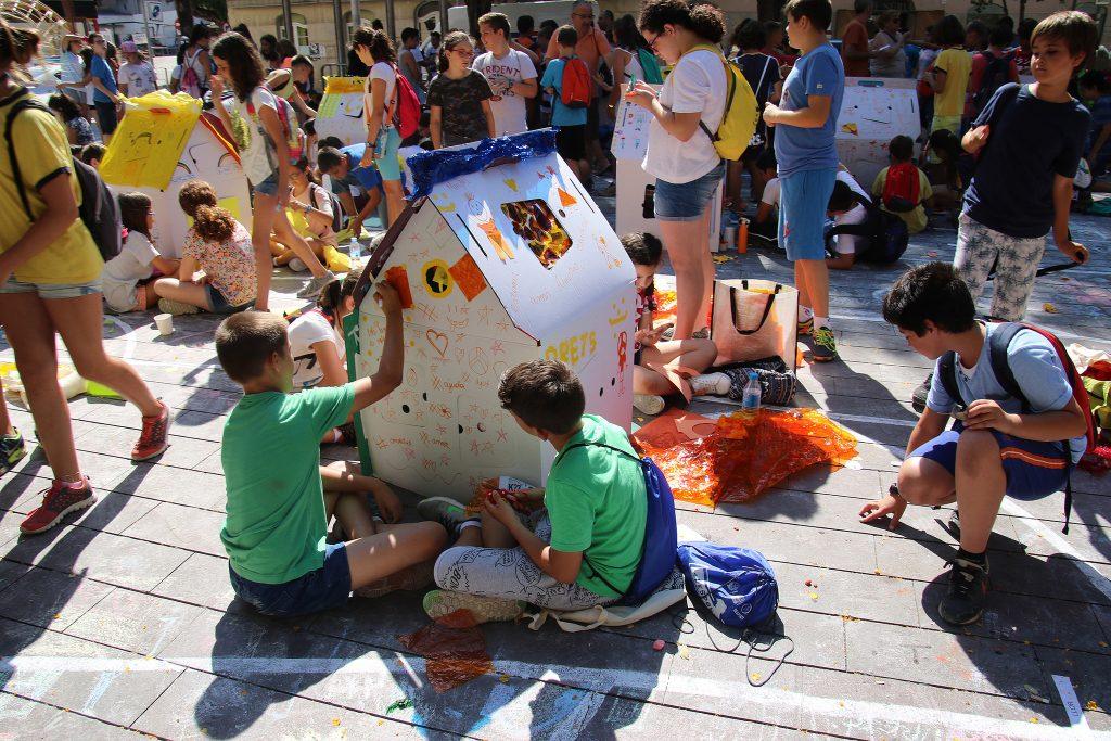 Els nens van estar pintant cases de cartró // Ajuntament de Sant Boi