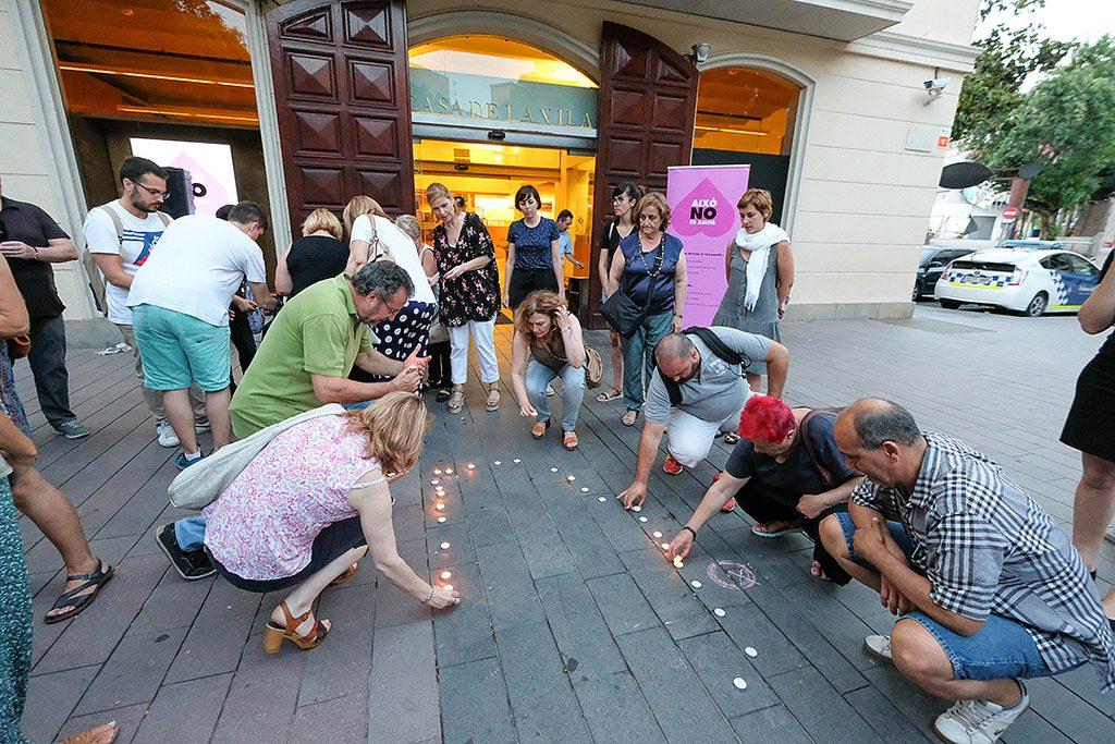 Es van encendre 58 espelmes per recordar el número de víctimes de violència masclista que hi ha hagut aquest any // Ajuntament de Sant Boi