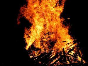 La flama del Canigó encendrà les diferents fogueres // jlmaral (Flickr)