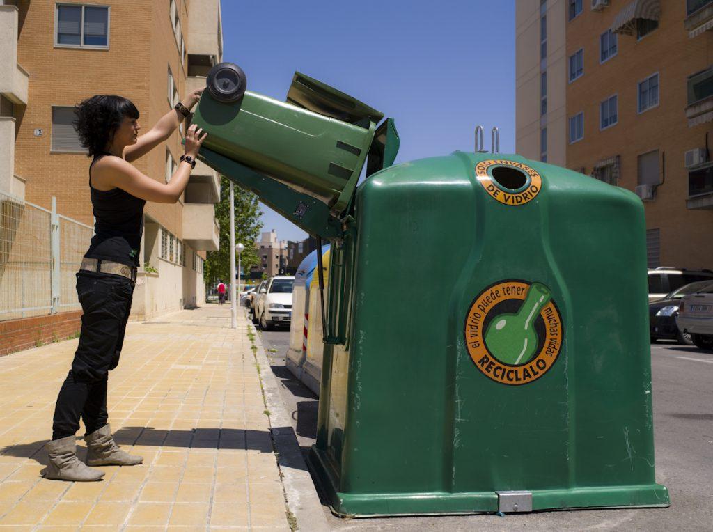 Imatge explicativa del sistema VACRI, que permet buidar petits contenidors o recipients directament al contenidor gran // Ecovidrio