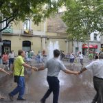 Els veïns van fer un rotllana al voltant de la font de la plaça de l'Ajuntament // David Bueno